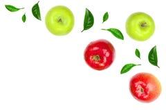 Maçãs vermelhas e verdes decoradas com as folhas verdes isoladas no fundo branco com espaço para seu texto, vista superior da cóp Fotografia de Stock