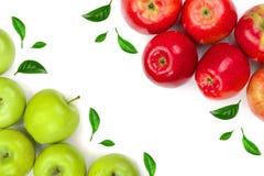 Maçãs vermelhas e verdes decoradas com as folhas verdes isoladas no fundo branco com espaço para seu texto, vista superior da cóp Fotos de Stock