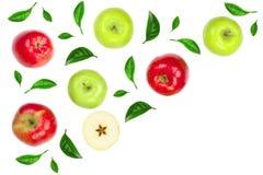 Maçãs vermelhas e verdes decoradas com as folhas verdes isoladas no fundo branco com espaço para seu texto, vista superior da cóp Foto de Stock Royalty Free