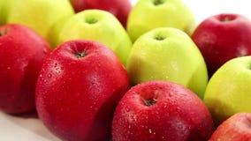 Maçãs vermelhas e verdes frescas vídeos de arquivo