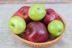 Maçãs vermelhas e verdes maduras do jardim Foto de Stock