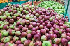 Maçãs vermelhas e verdes no mercado dos fazendeiros Fotos de Stock Royalty Free