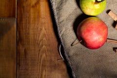 Maçãs vermelhas frescas na tabela de madeira No fundo de despedida Espaço livre para o texto Foto de Stock Royalty Free