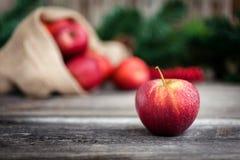 Maçãs vermelhas frescas no fundo de madeira Foto de Stock