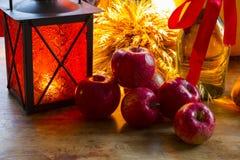 Maçãs vermelhas, lanterna alaranjada, uma garrafa do óleo de girassol, orelhas de w Imagem de Stock