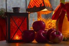 Maçãs vermelhas, lanterna alaranjada, uma garrafa do óleo de girassol, orelhas de w Imagem de Stock Royalty Free