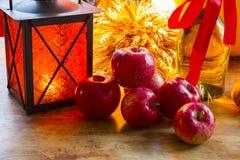 Maçãs vermelhas, lanterna alaranjada, uma garrafa do óleo de girassol, orelhas de w Fotos de Stock