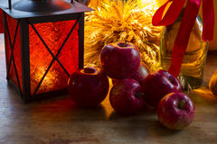 Maçãs vermelhas, lanterna alaranjada, uma garrafa do óleo de girassol, orelhas de w Fotografia de Stock Royalty Free
