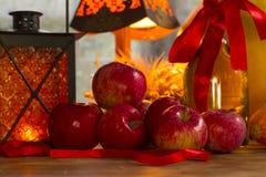 Maçãs vermelhas, lanterna alaranjada, uma garrafa do óleo de girassol, orelhas de w Fotos de Stock Royalty Free