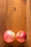 Maçãs vermelhas maduras no fundo de madeira Foto de Stock