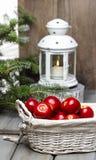 Maçãs vermelhas na cesta Ajuste tradicional do Natal Fotos de Stock Royalty Free
