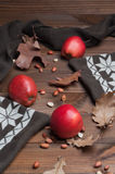 Maçãs vermelhas na tabela de madeira Fotos de Stock