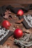 Maçãs vermelhas na tabela de madeira Imagens de Stock Royalty Free