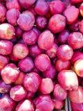 maçãs vermelhas no contador na loja da rua imagem de stock