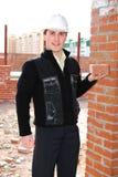 Maçon avec la brique. photo libre de droits