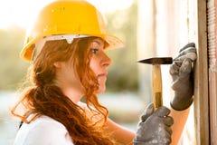 Maçon de femme avec le marteau Images libres de droits