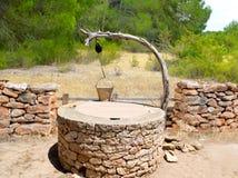 Maçonnerie méditerranéenne traditionnelle de puits d'attraction Images libres de droits