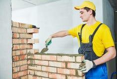 maçonnerie Travailleur de la construction construisant un mur de briques image libre de droits