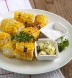 Maíz asado a la parrilla con mantequilla y sal de hierba Foto de archivo