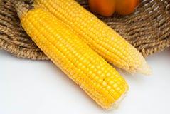 Maíz de oro aislado en un fondo blanco Vista superior de dos granos crudos Comida sana del verano foto de archivo libre de regalías