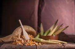 Maíz de semilla y maíz de bebé en fondo de madera de la tabla Fotos de archivo libres de regalías