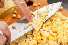 Maíz del corte del cocinero para cocinar Acción para arriba en la comida del invierno Imagen de archivo