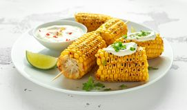 Maíz dulce asado a la parrilla con la salsa, los chiles y la cal mexicanos blancos Comida sana del verano foto de archivo libre de regalías