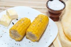 Maíz hervido con mantequilla y sal Fotos de archivo