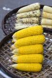 Maíz orgánico, fresco, dulce para la venta en un mercado local de los granjeros en Tailandia Foto de archivo libre de regalías
