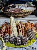 Maíz peruano en un mercado del ` de los granjeros de la pequeña ciudad Fotos de archivo libres de regalías
