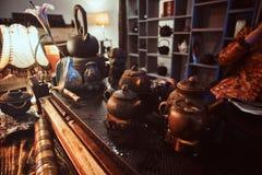 Maître caucasien dans le kimono faisant le thé naturel dans la chambre noire avec un intérieur en bois Tradition, santé, harmonie images libres de droits