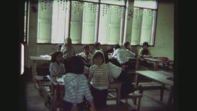 Maître d'école et enfants élémentaires banque de vidéos