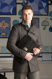 Maître d'école primaire mâle restant dans la salle de classe Photos libres de droits
