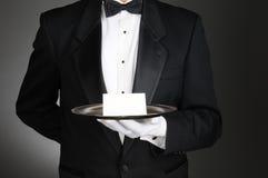 Maître d'hôtel avec la note sur le plateau Photo stock
