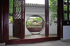 Maître de jardin de filets vu par la porte de lune, Suzhou, Chine photos stock