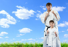 Maître de karaté avec son jeune étudiant Photos stock