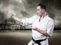 Maître de karaté dans le kimono Photo stock