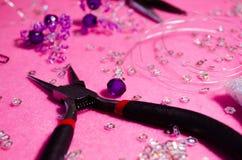 Maître de Kruglogubtsy Pinces pour des bijoux Le processus de cr?er des bijoux beads Classe principale Un brin des perles Ma?tre  image stock