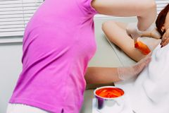 Maître de sucrer la procédure de fabrication d'épilation pour la femme photos libres de droits