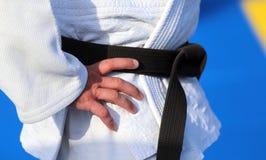 Maître du karaté avec la ceinture noire et le kimono Photo libre de droits