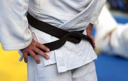 Maître du karaté avec la ceinture noire et le kimono Photos libres de droits