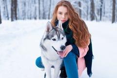 Maître femelle sur la formation de chien avec le chien de traîneau sibérien Photos stock
