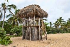 Maître nageur Beach Stand de hutte d'herbe dans le Dominicain Repub Photos stock