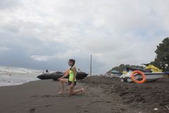 Maître nageur de fille, avec la balise orange pour la mer de négligence en service de sauvetage, plage d'océan Scooter de l'eau s photos libres de droits