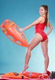 Maître nageur en service avec la surveillance de balise de délivrance Photos stock