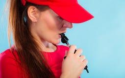 Maître nageur en service soufflant un sifflement Photo libre de droits