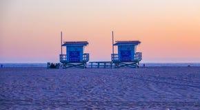 Maître nageur Houses à la plage de Venise après coucher du soleil Images libres de droits