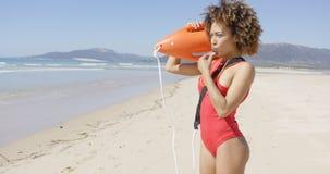 Maître nageur soufflant un flotteur de délivrance de participation de sifflement photo stock