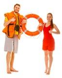 Maître nageurs dans le gilet de vie avec la balise d'anneau Réussite Images stock