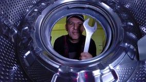 Maître sur réparer la machine de blanchisserie banque de vidéos